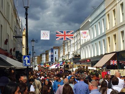 Mercado de rua Portobello Rd em Londres