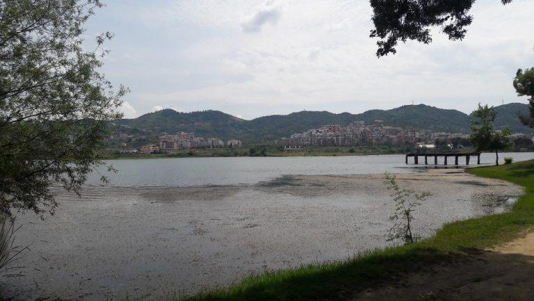 Parque com um lago na Albânia