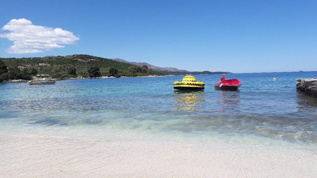 Barcos no mar límpido da Albânia