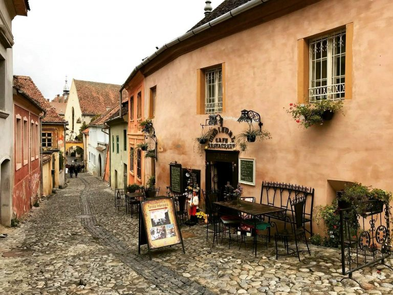 rua na cidade de Sighisoara - Roménia
