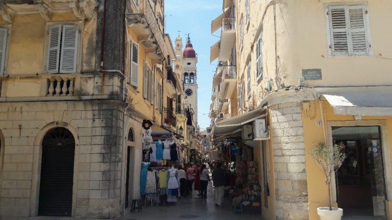 Passeio pela cidade na Albânia