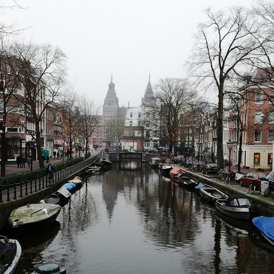 Vista sobre o rio em Amesterdão
